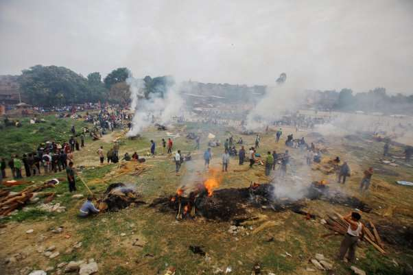 Picture of people in Nepal cremating bodies after an earthquake